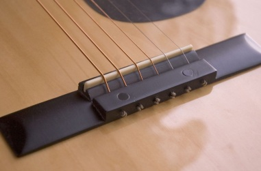 Acoustic_guitar_bridge